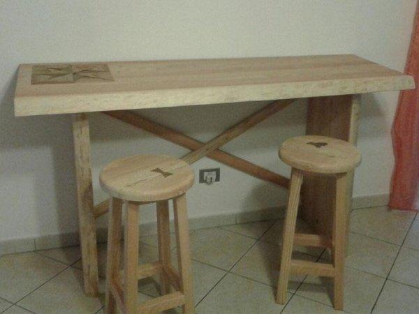 sgabelli e tavolo in legno