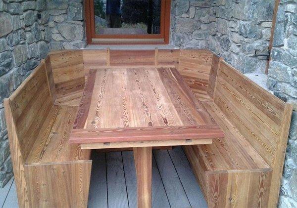 panca in legno e tavolo
