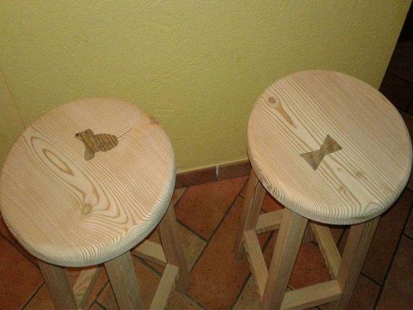 sgabelli in legno con inserto decorato