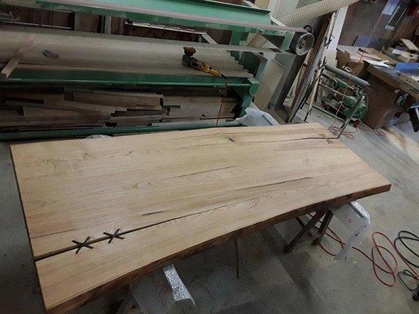 tavolo in legno di castagno con lacci in cuoio
