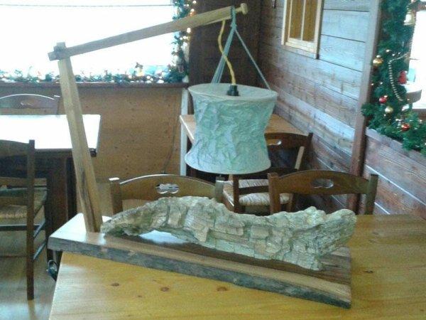 Lampada con tronco in legno