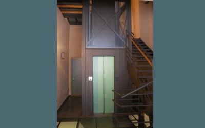 ascensore interno civile verde chiaro stile panorama