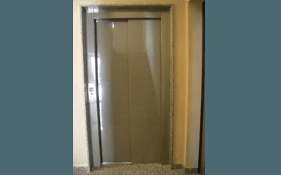 ascensore civile grigio con profili marmo