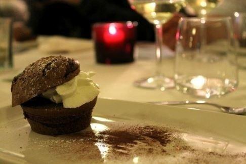dolce al cioccolato farcito con crema