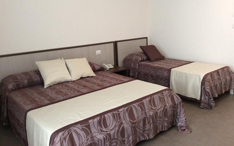Camera matrimoniale più letto aggiunto hotel