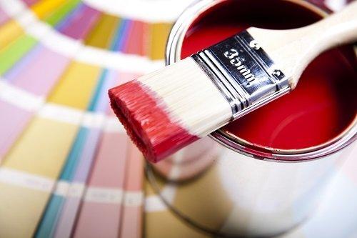 barattolo di vernice rossa con pennello
