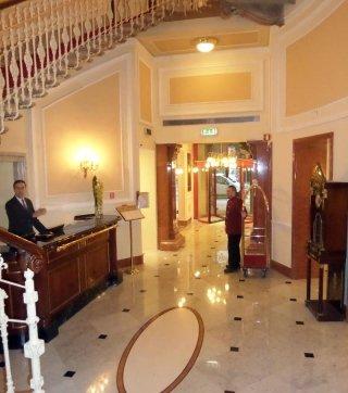 ingresso hotel con pareti decorate in gesso