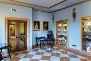 stanza con pareti azzurre decorazioni in gesso