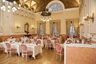 sala da pranzo di un hotel con decorazioni in gesso sulle pareti