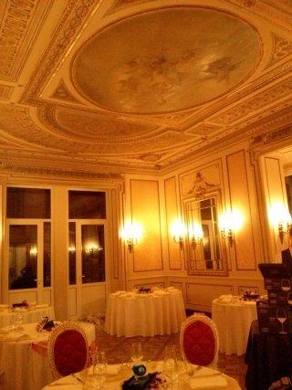sala da pranzo di un hotel con decorazioni in gesso