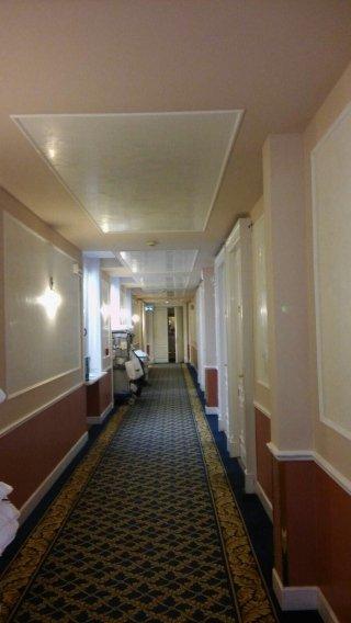 corridoio tinteggiato e decorato