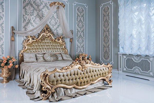 Stanza con decorazioni grigio e oro