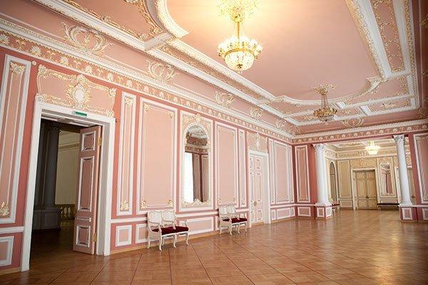 sala con decorazioni e cornici in gesso