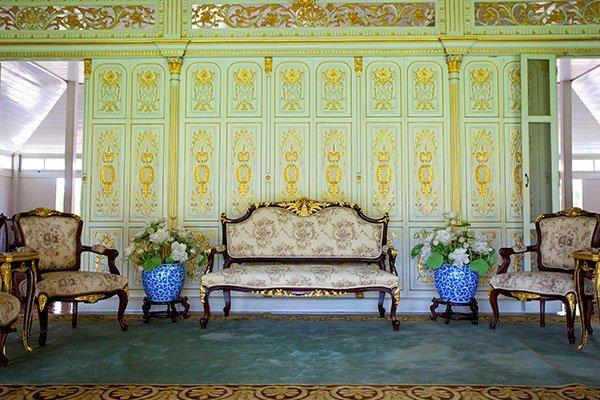 stanza con decorazioni e cornici in gesso