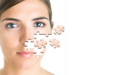 il viso di una donna con dei pezzi di puzzle