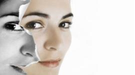 il viso di una donna metà di carta stracciata e integro