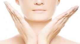 vista del viso di una donna delle mani che gesticolano