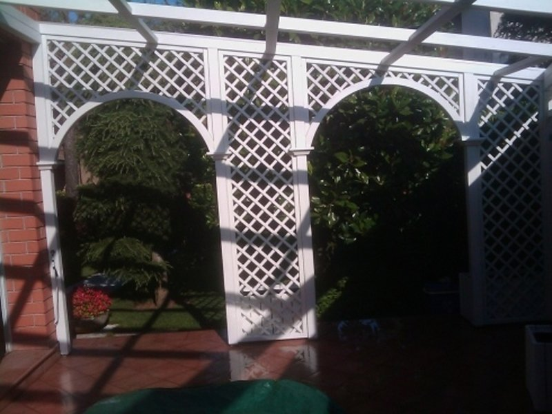 giardino con serramenti decorativi