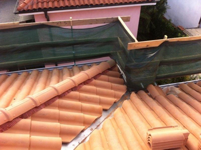 vista dall'alto di un tetto in ristrutturazione