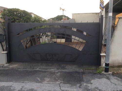 cancello in ferro con scritta CORICA
