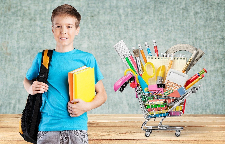 un bambino con articoli per la scuola
