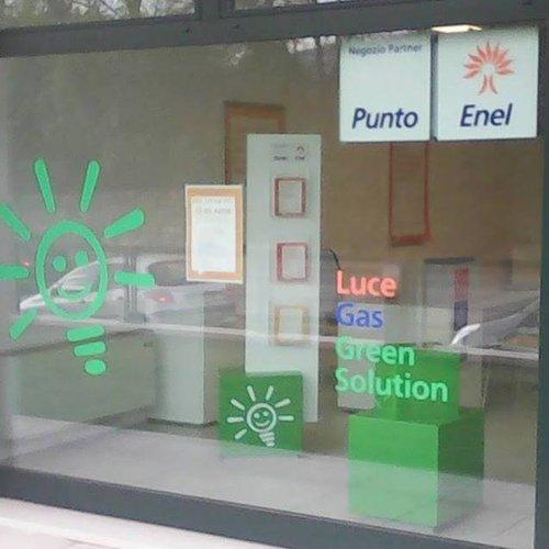 vetrina negozio di stampanti con insegna Punto Enel
