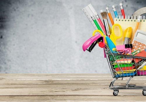 carrello della spesa con materiale scolastico