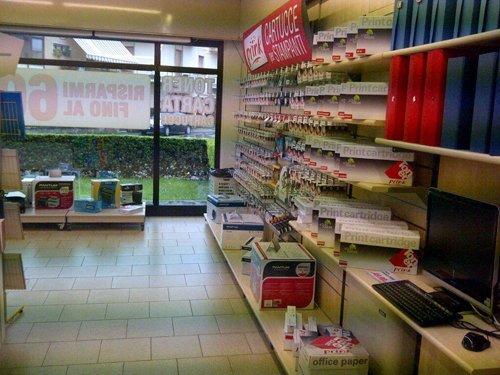 corridoio del negozio Prink con assortimento prodotti sul lato destro