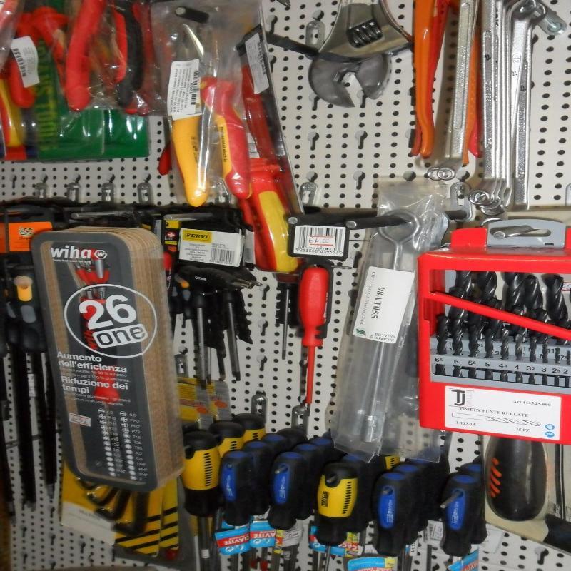 esposizione di strumenti per riparazione elettrodomestici
