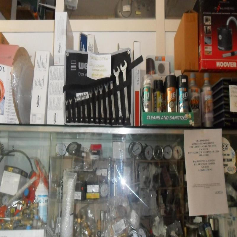 ricambi di elettrodomestici esposi in un negozio