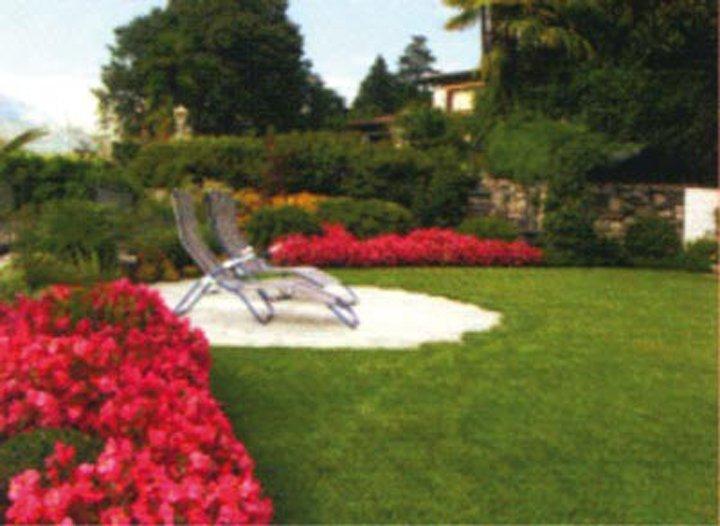 vista di un giardino con poltroni e fiori