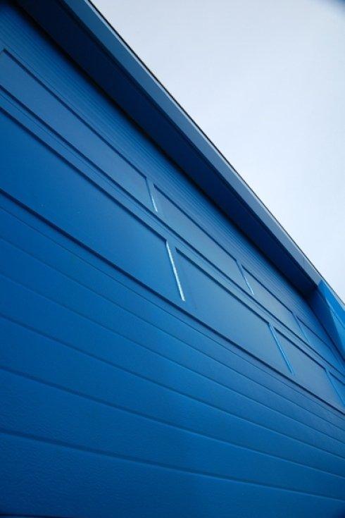 particolare di un edificio blu
