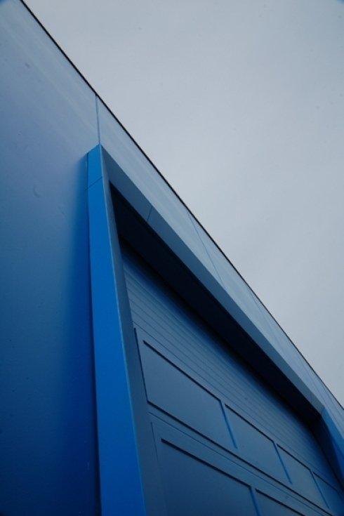 edificio blu con serranda