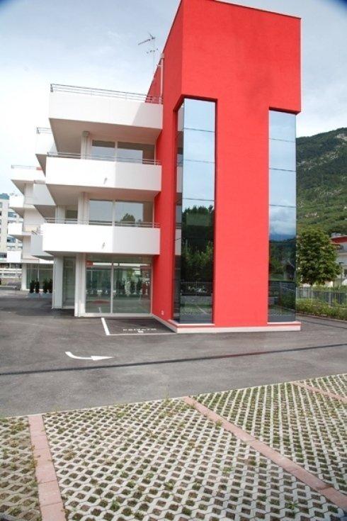 edificio astratto bianco e rosso con vetrate