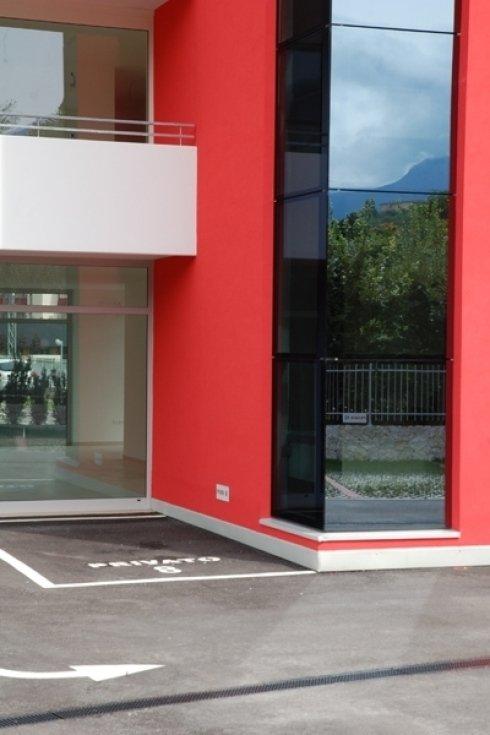 angolo di un edificio con vetrate