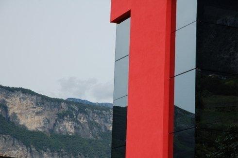 vetrate di un edificio con montagne