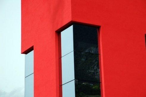 vetrata edificio rosso