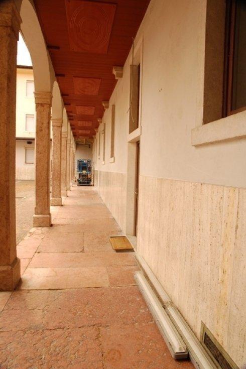 lungo edificio con portici