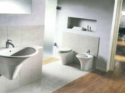 un bagno con un lavabo, wc e bidet a forma conica
