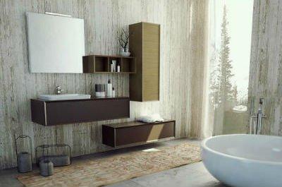 un bagno con dei mobili in legno e uno specchio  a muro