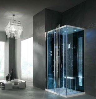 una cabina doccia con delle luci accese e all'interno uno sgabello di metallo