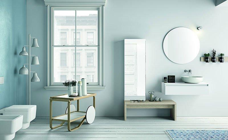 un bagno con sanitari a forma rettangolare e un tavolino di legno con specchio