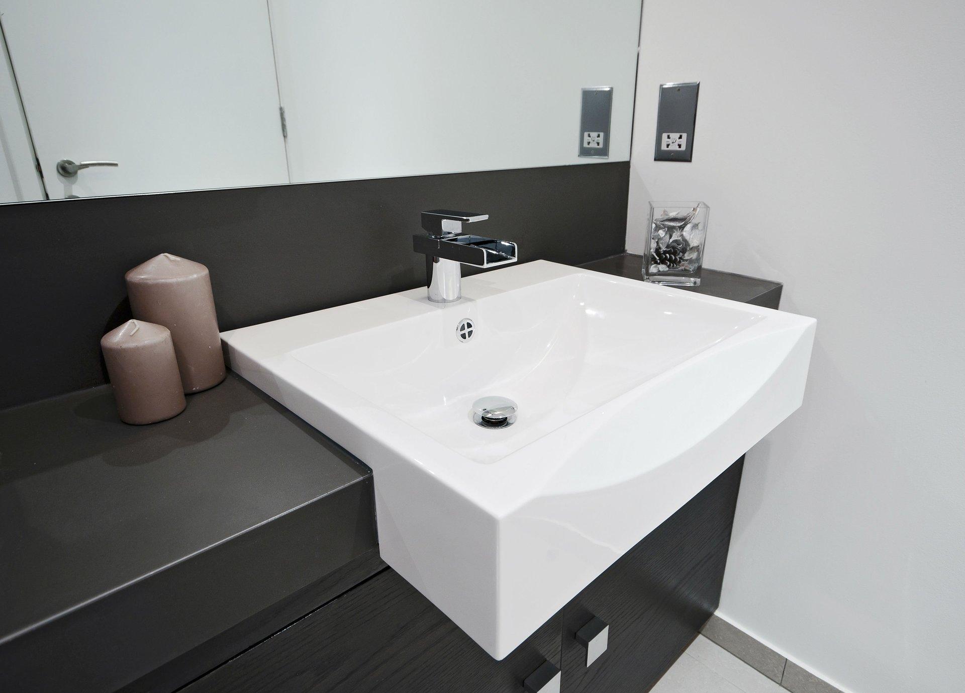 un lavabo rettangolare e un mobile di color grigio scuro