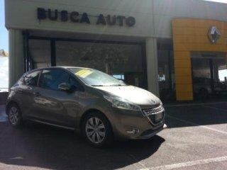 vista frontale di negozio BUSCA AUTO con una macchina a marchio PEUGEOT 208 1.2 Puretech 3p