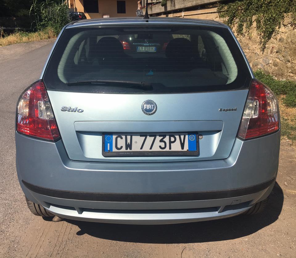 una Fiat Stilo azzurra vista da dietro