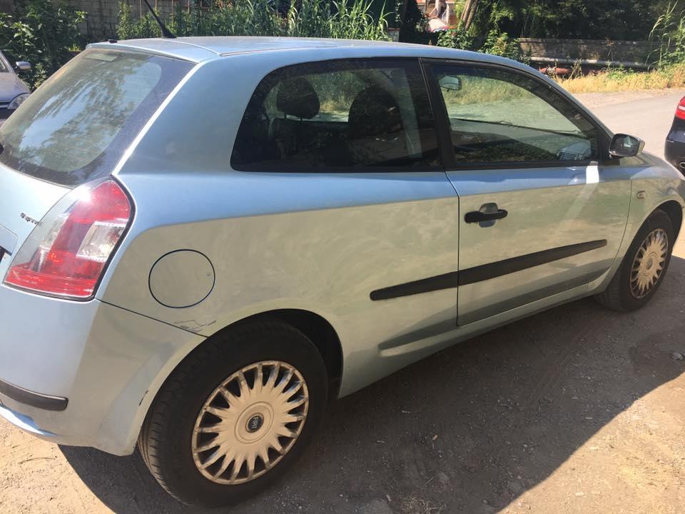 una Fiat Stilo azzurra vista di lato
