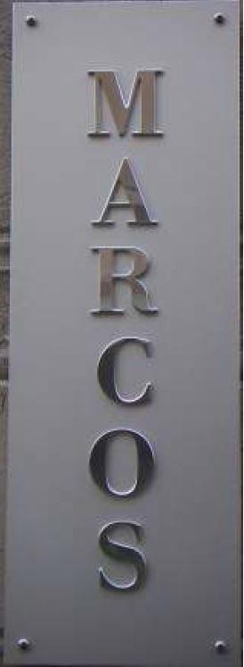 insegna in alluminio satinato con lettere in alluminio lucido