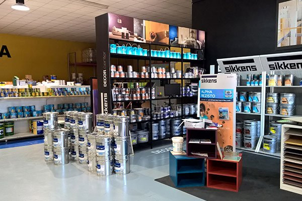 interno di un negozio di vernici