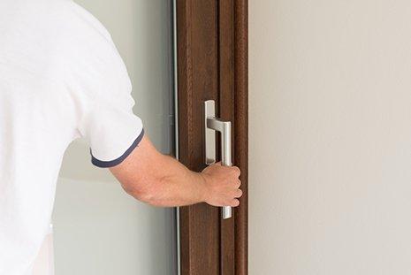 Uomo apre una porta a Pianiga