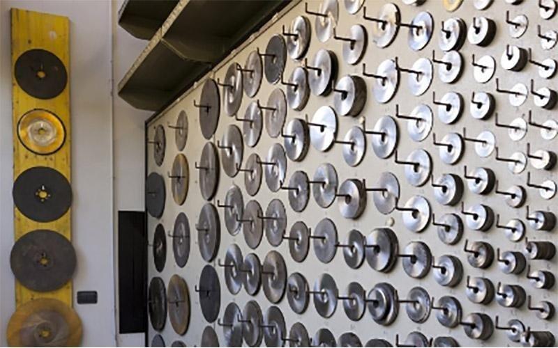 Vari dischi di metallo